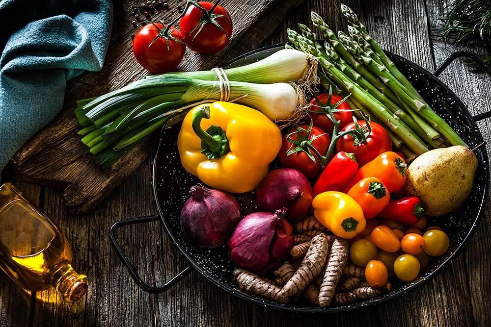 De beaux légumes frais dans un plat
