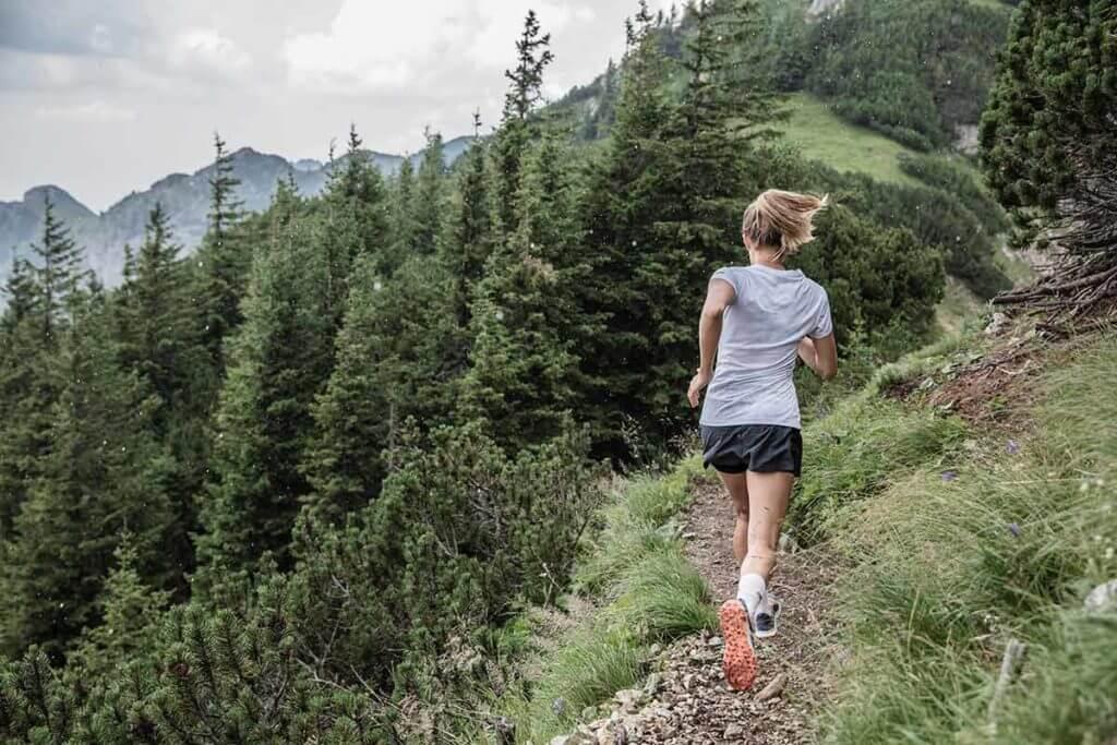 giovane donna trail running