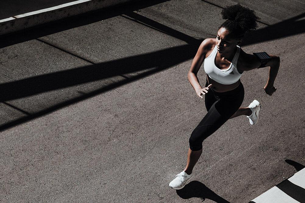 une femme court