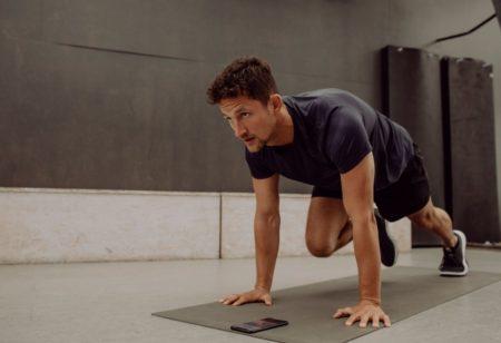 uomo fa esercizi