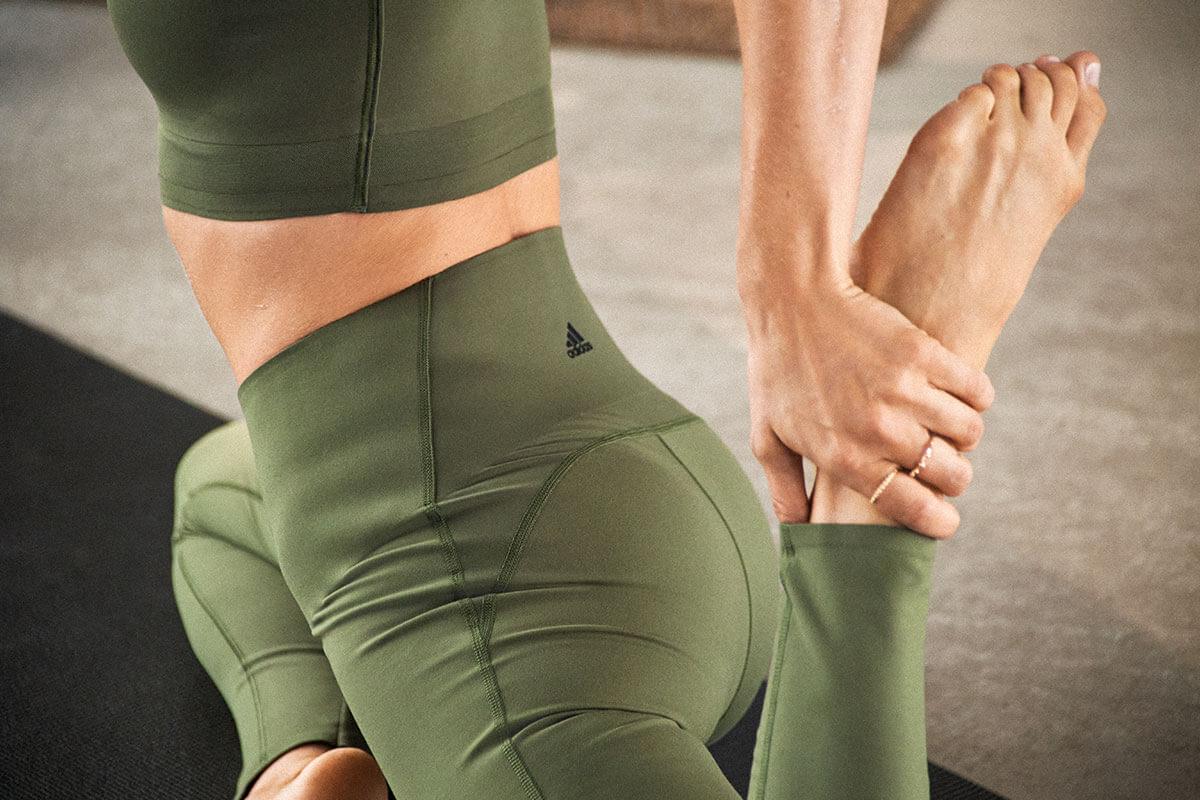 Mujer haciendo estiramientos para relajar los músculos