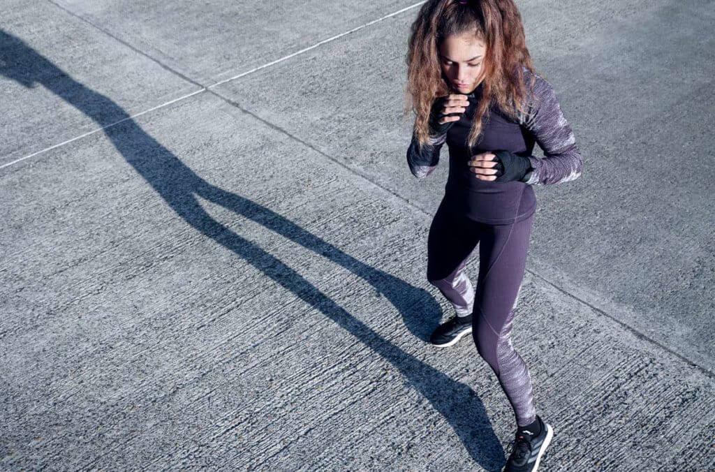 Une femme qui s'entraîne à l'extérieur pour booster son moral