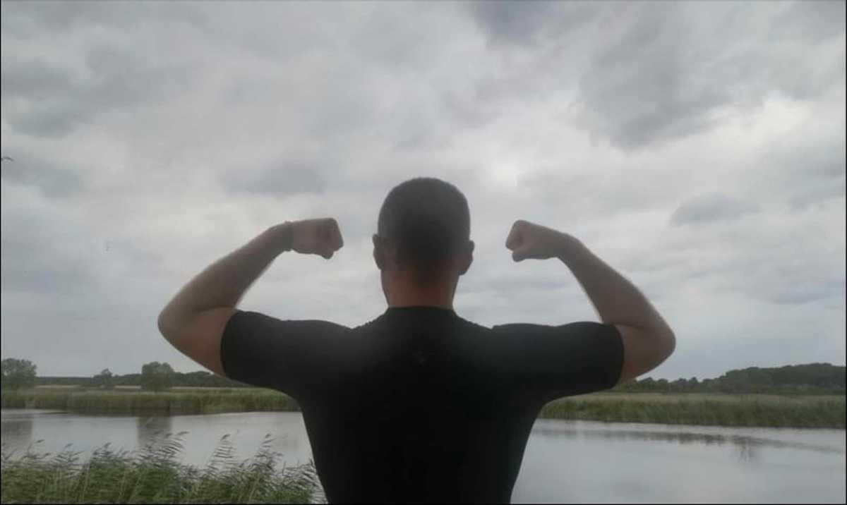 Christian mostrando os músculos