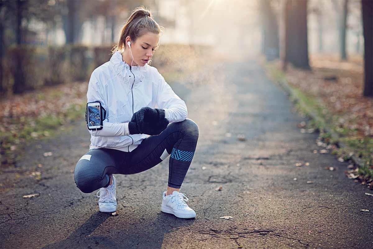 Une jeune femme fait du sport dehors