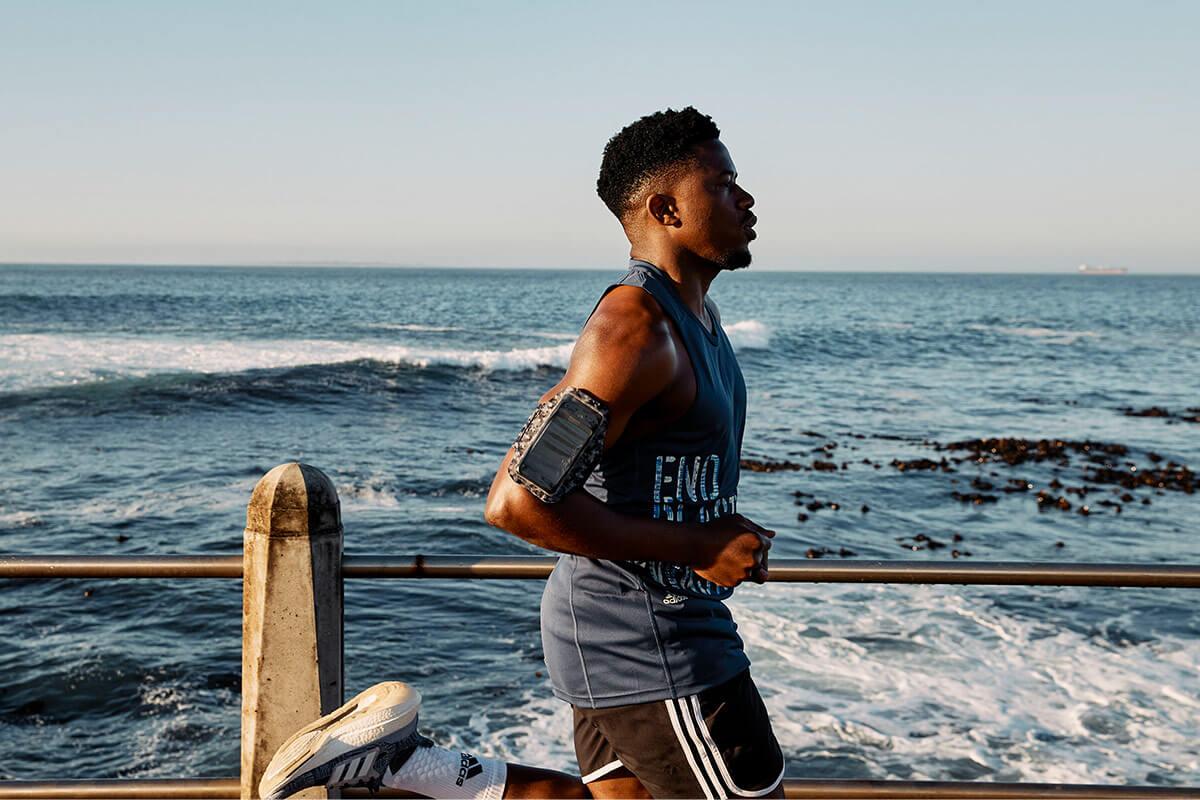 Un runner le long de la plage