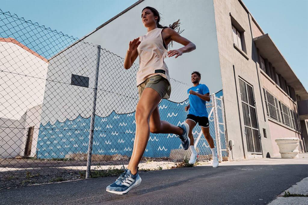 due runner corrono all'aperto in città