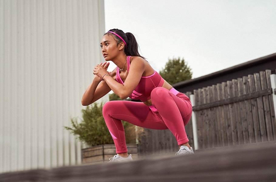 Mulher fezendo treino de força para ganhar músculos e engordar