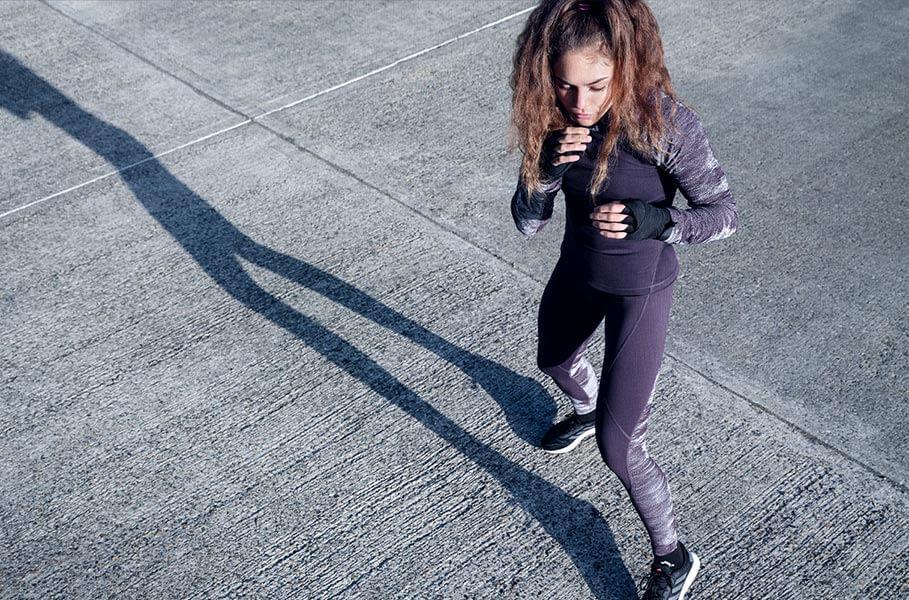 Eine junge Frau trainiert draußen