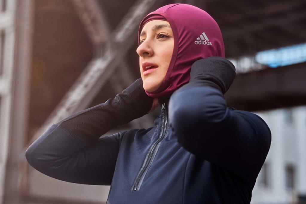 Mujer preparándose para hacer running en invierno
