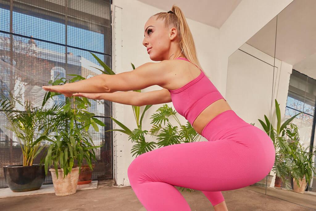 Une jeune femme fait des squats