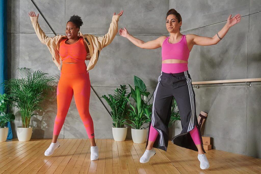 2 jeunes femmes s'entraînent