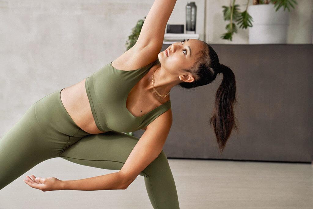 Una donna fa yoga per rilassarsi