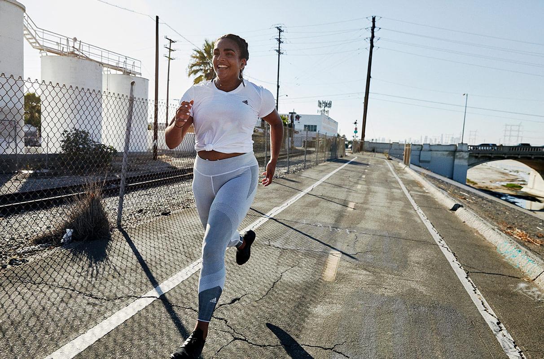 donna che corre per strada