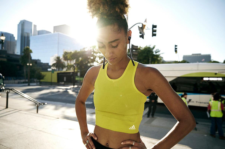 Mujer haciendo una pausa de la sesión de running