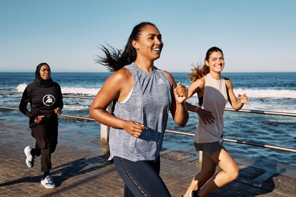 runner corrono il riva al mare
