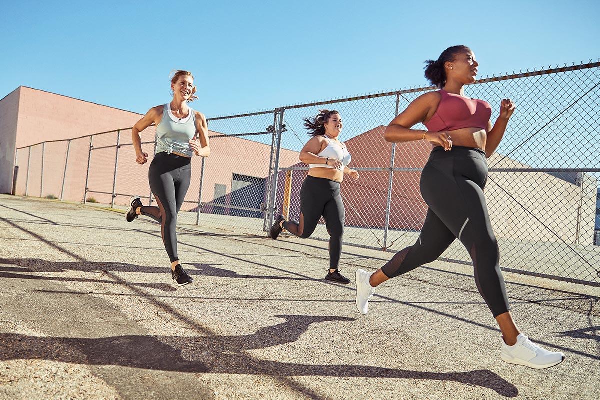 des femmes courent avec des brassières de sport