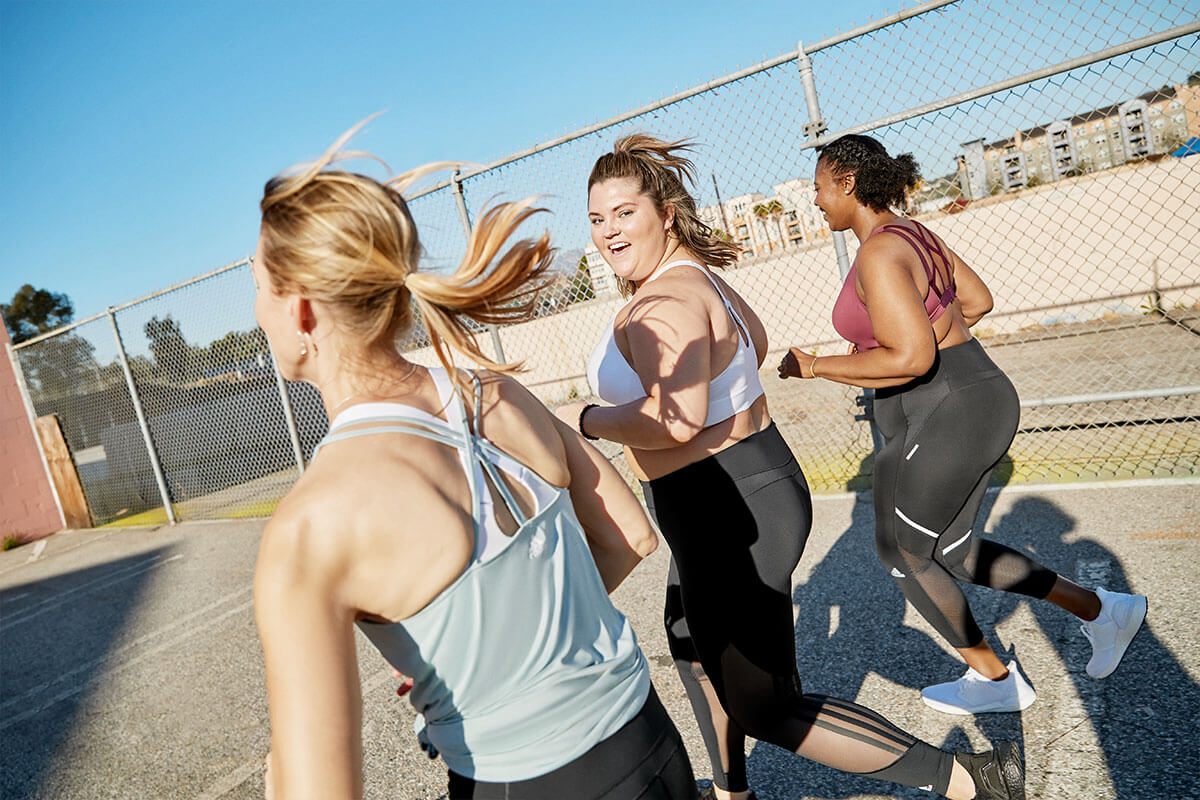 un groupe de femmes court avec des brassières de sport