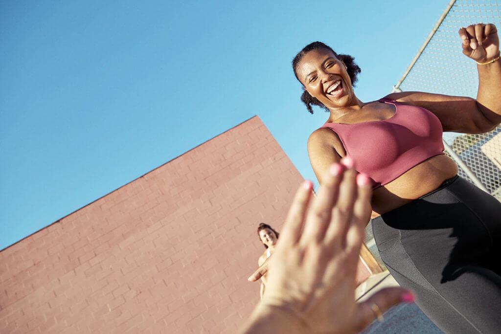 una donna fa sport durante il ciclo mestruale