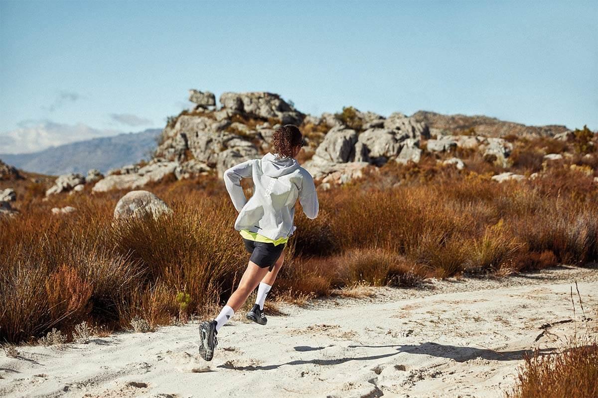 Une jeune femme qui court sur un sentier