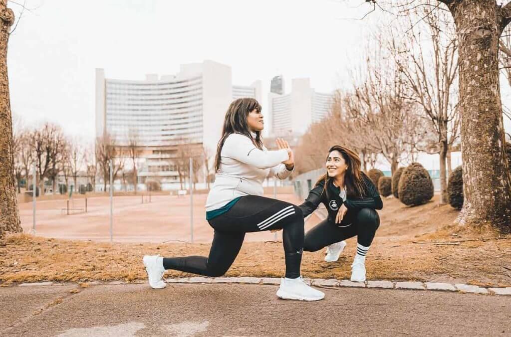 deux femmes qui s'entraînent