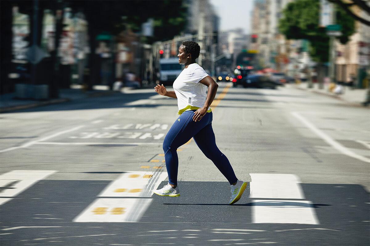 Donna che corre per strada in città