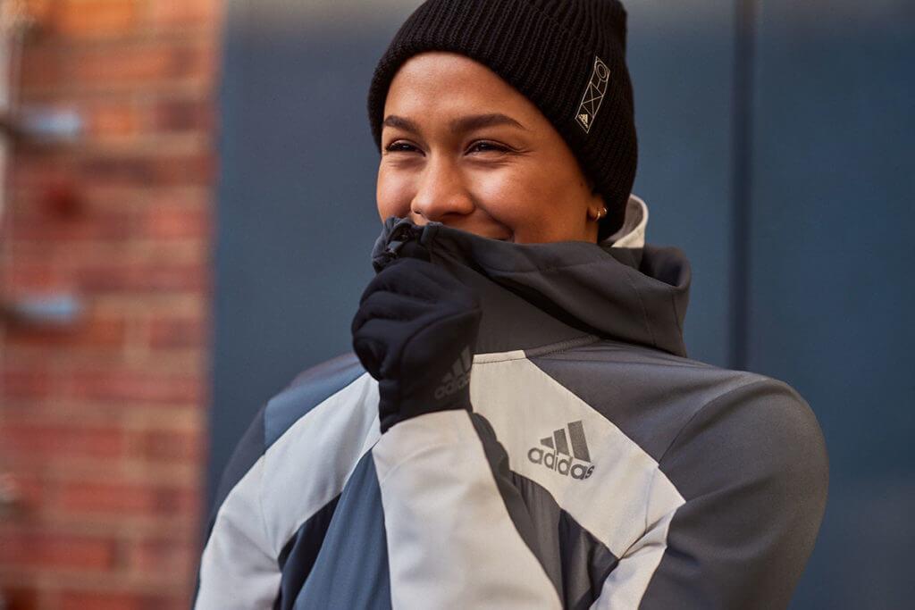 runner si prepara a correre all'aperto in inverno