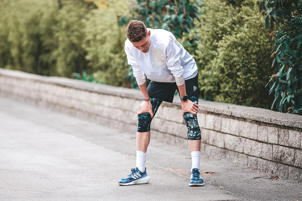 Homem cansado durante um percurso de corrida: possível sinal de overtraining