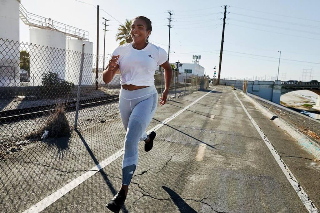 Junge Frau treibt nach ihrer Schwangerschaft wieder Sport