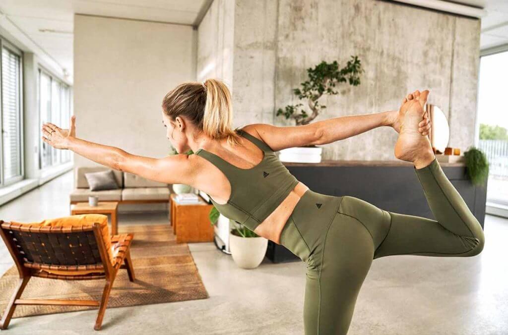 Una donna fa yoga per ascoltare il proprio corpo