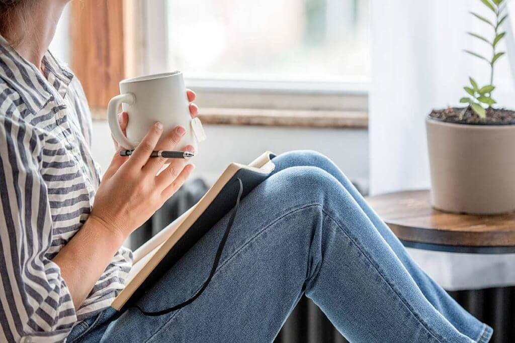 Una persona scrive un diario di mindfulness