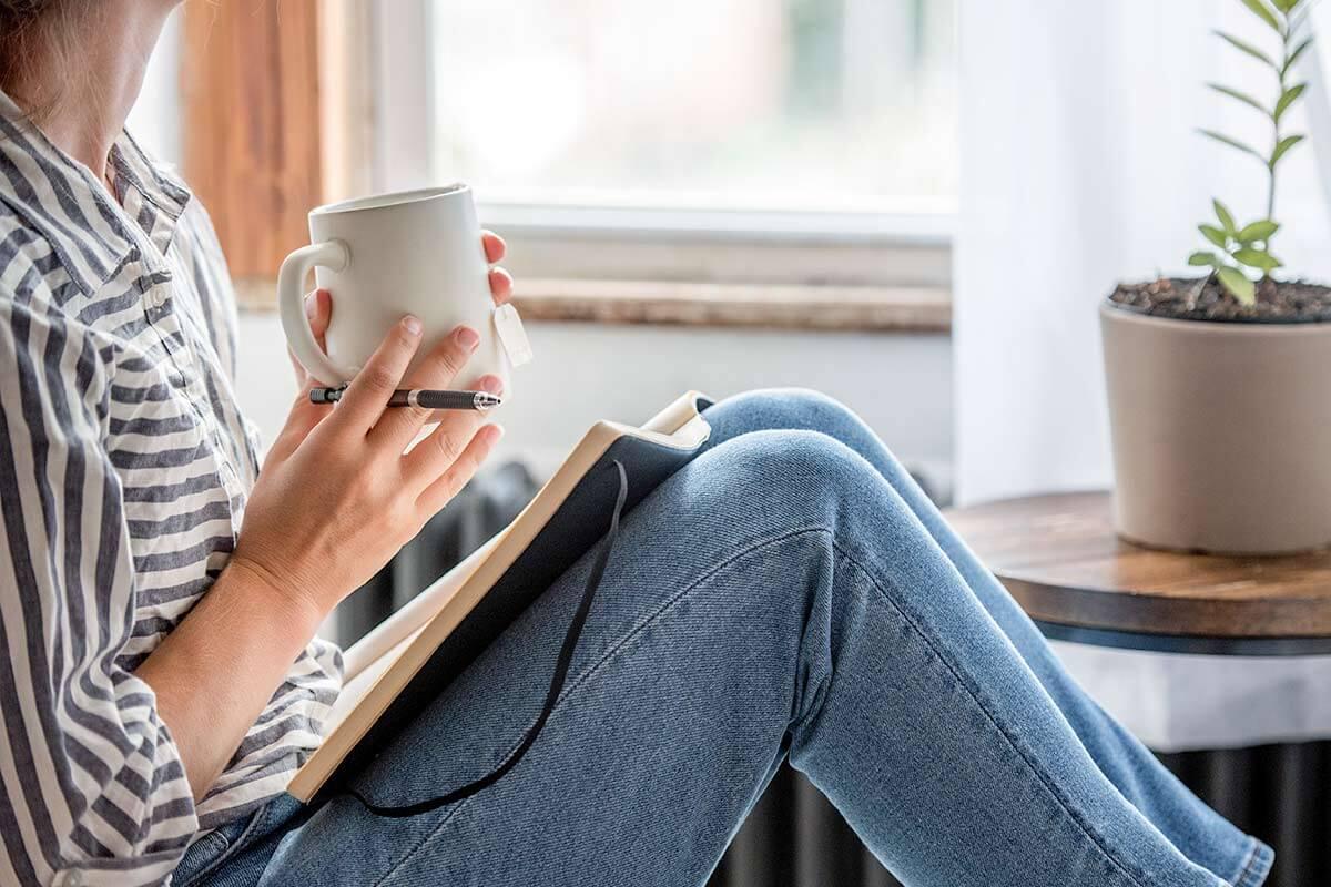 Una persona en un diario de mindfulness