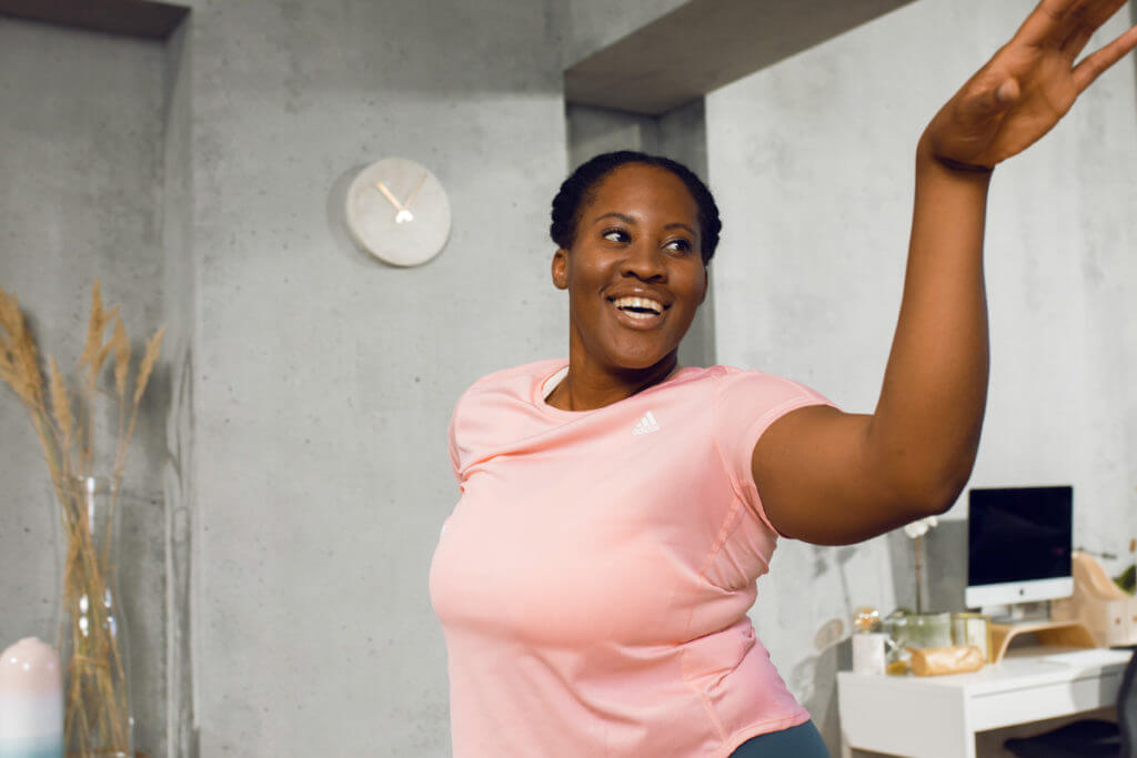Une jeune femme fière de ses rondeurs