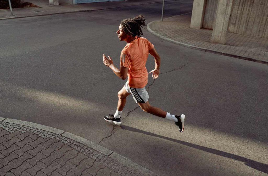 Un jeune homme sportif qui court