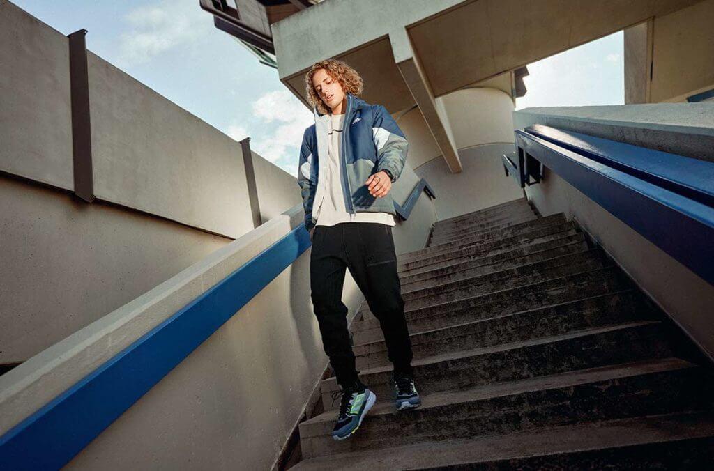 Un jeune homme qui descend un escalier
