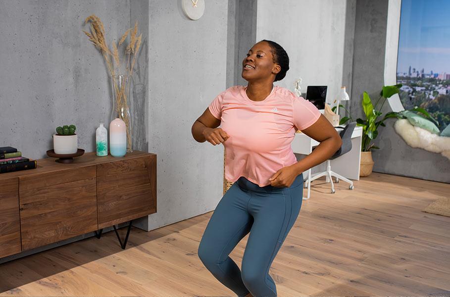 Une jeune femme fait un dance workout