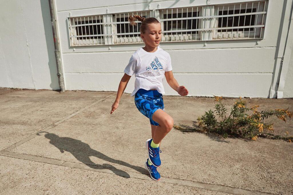 Une petite fille sportive court