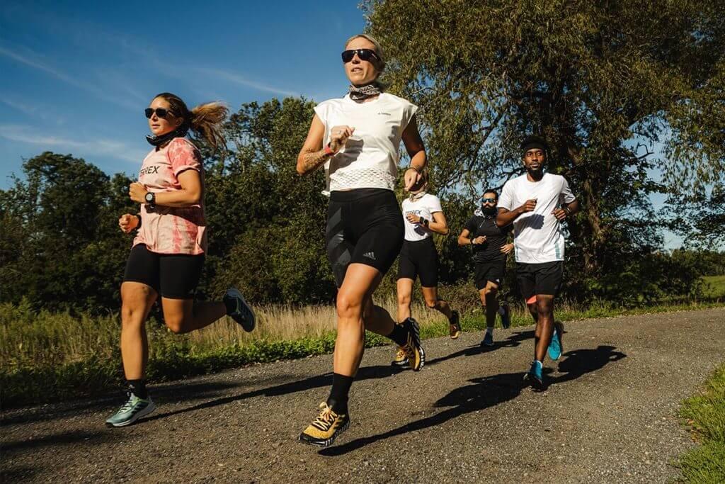 Comunidade de corrida: mulheres correndo juntas para superar desafios