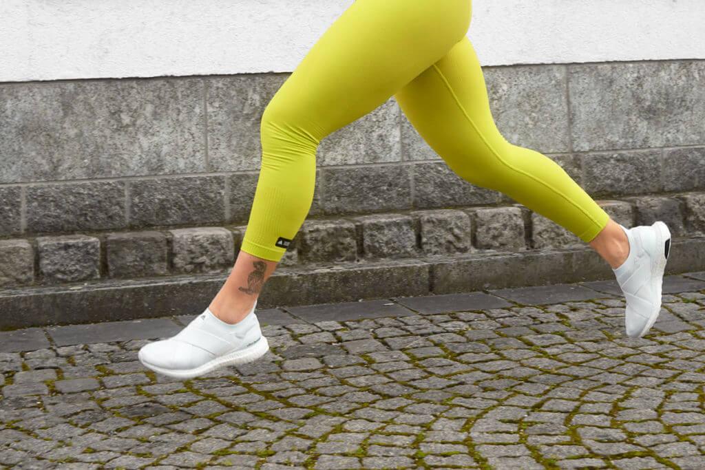 gambe di una donna che corre all'aperto