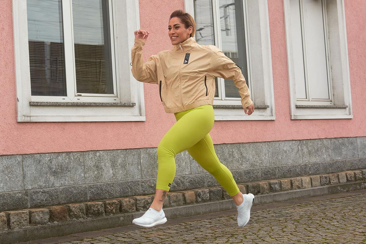 Mujer corriendo al aire libre con la regla