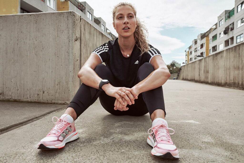 Mulher que teve covid-19 recuperando o fôlego após voltar a treinar corrida
