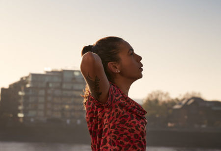 Une jeune femme fait du sport au lever du soleil