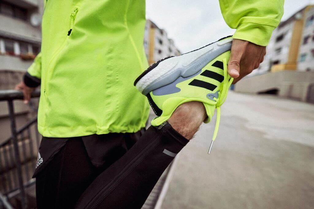 runner fa stretching con abbigliamento adidas