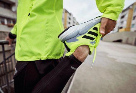 Un zoom sur une chaussure de course pendant un étirement