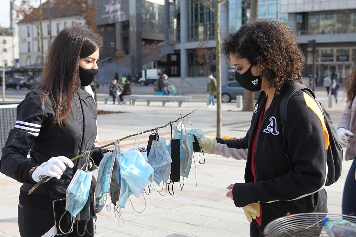 2 femmes ramassant des masques usés pendant un plogging