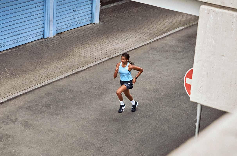 runner corre per strada