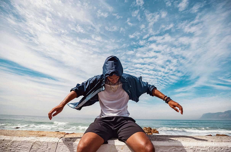 Homem vestindo um casaco com proteção UV para se proteger das queimaduras de sol