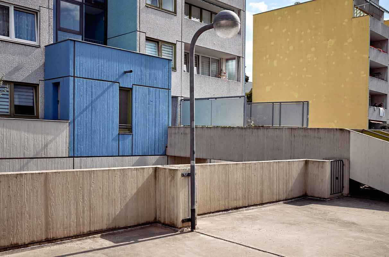 edifici grigi, gialli e blu in città