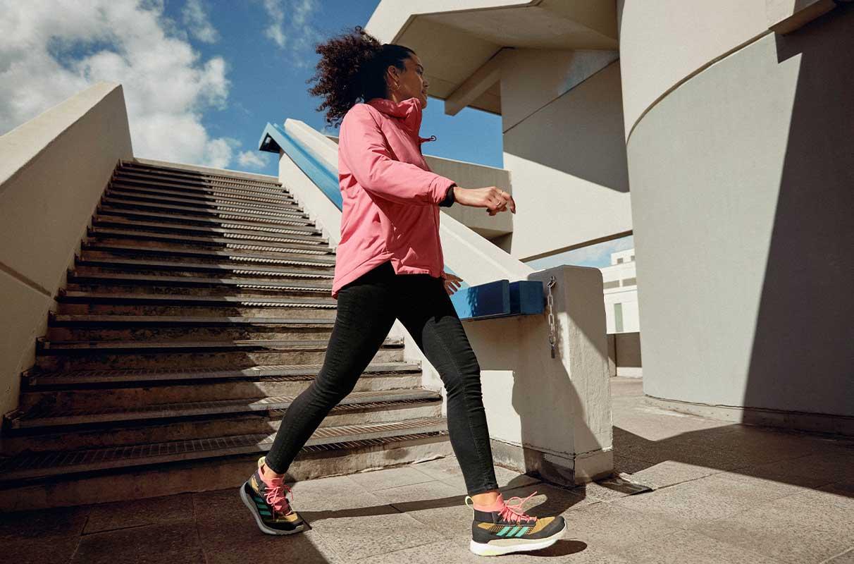Une jeune femme descend les escaliers