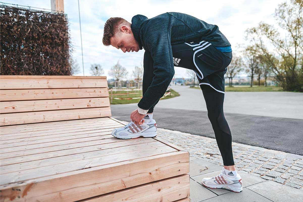 Corredor atándose la zapatilla de running
