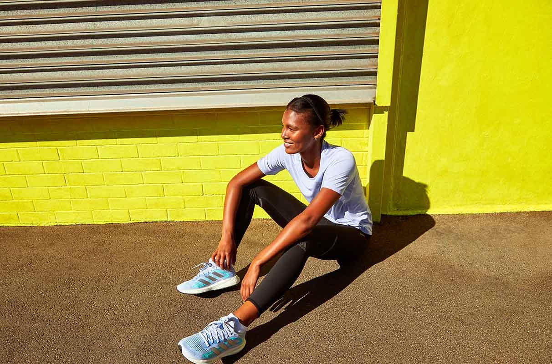 mujer recuperándose de un entrenamiento al sol